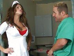 Enfermera con tetas grandes atrapados masturbándose