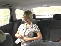Lujoso cumshotvoyeured en el asiento de atrás del taxi, el taxista tuvo la suerte de obtener una tarifa tan caliente! Sus grandes tetas le despertaban y en ningún momento que estaba sentado junto a ella y ella estaban haciendo una mamada profunda a su pis