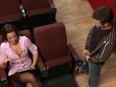 MILFs le gusta grande: polla-ditions, Inari Vachs es un productor de teatro extremadamente de gran alcance, ella está a cargo de todos los éxitos de Broadway. James Deen es un joven actor que lucha desesperadamente tratando de estar en una de las producci