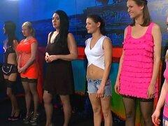 Salvaje mujeres alemanas gangbanged y cubierto de esperma pegajoso - Meli, Melanie Moon
