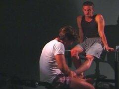 Fetichismo de pies gay en el gimnasio en la parte superior mancuernas