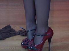 EPantyhoseLand Video: A Isabel, Isabel A pone varios pares de medias en una pantalla lista para probar para elegir el par correcto para usar con su vestido corto sin mangas. Primero tira hacia arriba de sus medias de pura a la cintura entrepierna oscuras,
