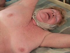 La abuela le encanta penetrar así