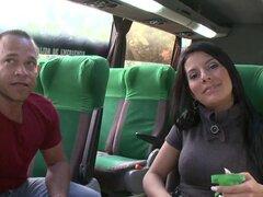 Hermosa morena que Juliana consigue asombrosamente follada y facialed en un autobús