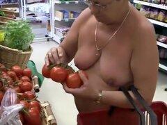 Exhibicionista madura compras desnuda, mujer gordita madura exhibicionista de compras en supermercado completamente desnudo.