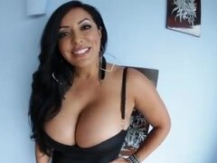 Latina caliente con grandes tetas. Latina caliente con grandes tetas muestra sus pezones en escena pov