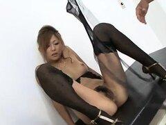 Porno de inserción juguete cachonda con Erena Kurosawa