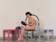 Rubio novato puño anal de su novia en el gimnasio