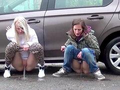 Cuantas Chicas meando en público