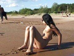 Adolescentes desnudos que sus cuerpos en una nudista ser