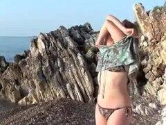 Geny sexo en una playa griega con griego Chap, follando a mi caliente chica morena con su voluptuoso cuerpo blanco grueso en la playa en el vídeo. Ella comienza por chupar mi polla gorda en sus rodillas antes de comience a ram mi pene en ella.