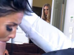 Marido infiel sorprendido en el acto. Marido infiel atrapada en el acto por su bella esposa Nicole Aniston y termina en un trío con ella y su amante