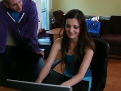 Danny va a encontrar a su hermana de amigo Alexis Venton, jugando en la computadora portátil. Pregunta que por qué su hermana estaba en su curso de física en lugar de ella. Alexis tiene hermana de Danny va a todos sus cursos para ella, mientras ella está